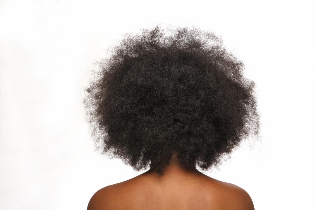 Pourquoi nous perdons nos cheveux plus en automne ?